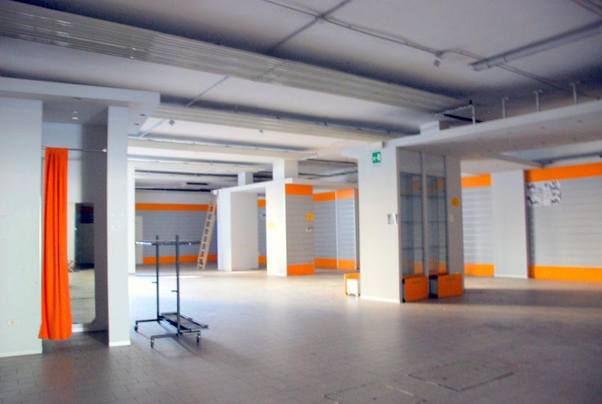 negozio centro bergamo affitto posti auto riservati ascensore fronte strada no spese condominiali