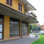 esterno ufficio negozio vendita mozzo centro piazza fronte strada due vetrine
