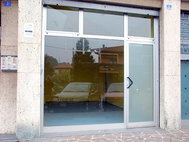 negozio a reddito vetrina fronte strada briantea curno mozzo